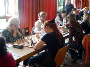 Die Bretter 5-7 im Wettkampf gegen Hamburg: vorne Christina mit Schwarz gegen Bessie Abram, dahinter Esther gegen Nina Höfner und Christine gegen Karen Pump