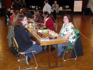 Sabine in ihrem zweiten Einsatz, dahinter Sanja gegen die Nachwuchsspielerin Helene Flach