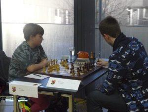 Vincent Keymer (links) und Johannes Carow in ihrer Partie bei der Deutschen Einzelmeisterschaft 2015 in Saarbrücken