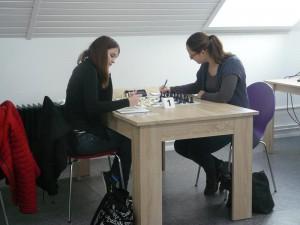 Beginn einer starken Partie von Julia (links) am Spitzenbrett