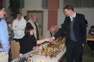 Gratulation nach gutem Spiel: Verena Jacobs und Großmeister Jan Gustafsson.